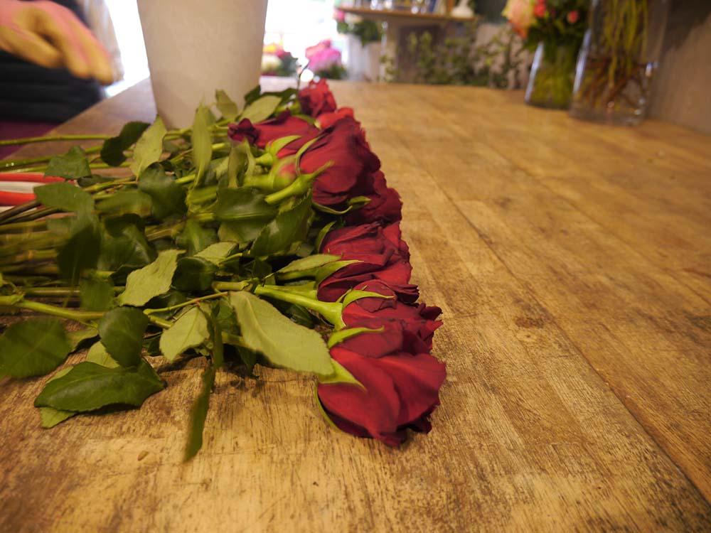 お花って綺麗だし好きだけど、すぐに枯れちゃう…と思うこともあるかと思います。 アフリカローズは、お花の持ちが1〜2週間。他の花と比べて明らかに長いんです! これなら長く楽しめて、茎を少し切るお手入れやお水を変えるのも毎日楽しくなりますね♡